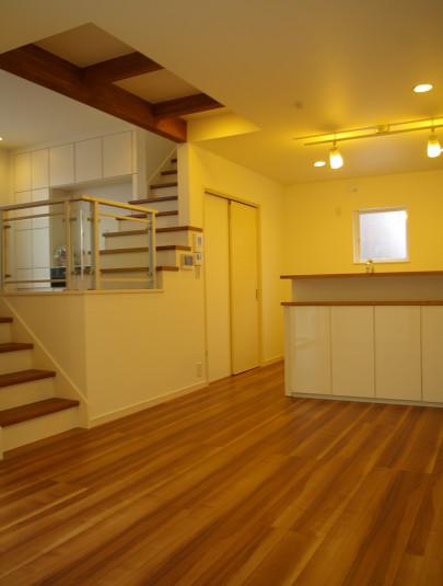 スキップフロア部分は家族が集まるリビング。<br /> <br /> リビングを少し高い位置に配置し、ダイニング・キッチンと異なる位置に配置することによって、特別な空間が完成しました。<br />