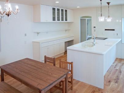 内装も白と木を組み合させて空間全体を優しいテイストに仕上げました。