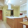 キッチンは木目調、床材は優しいホワイトウッドの組み合わせです。