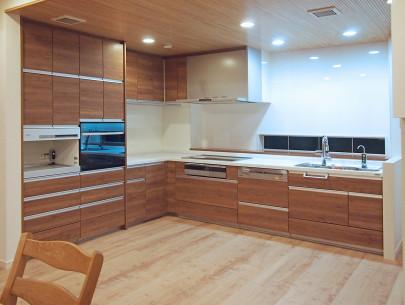 ・キッチンの収納はあらかじめ、オーブンや調理機器の配置を考えて制作。