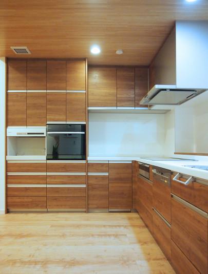 ・開放感あるL型キッチンは調理スペース・収納と十分に確保できて快適な空間になりました。