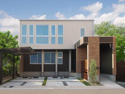 ・南側から見える外観。1階部分・2階部分と玄関部分をそれぞれ色と素材で張り替え。