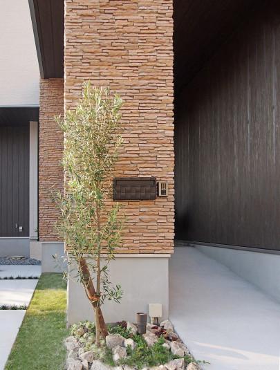 ・玄関ポーチの石貼りが高級感ある外観にしてくれます。